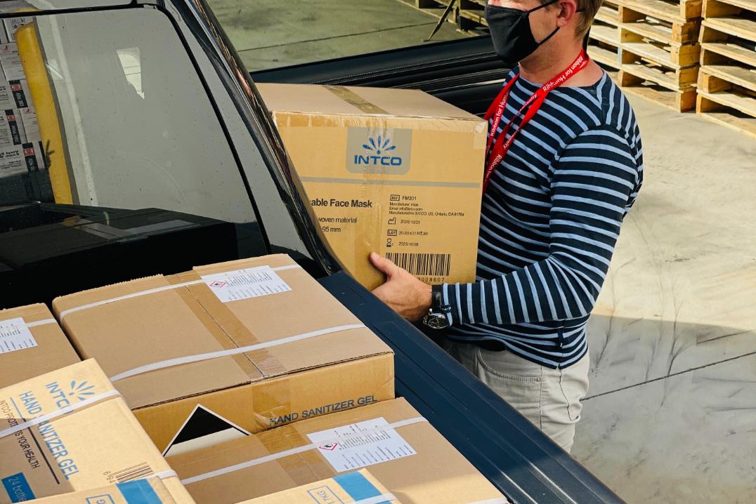 homme transportant un carton